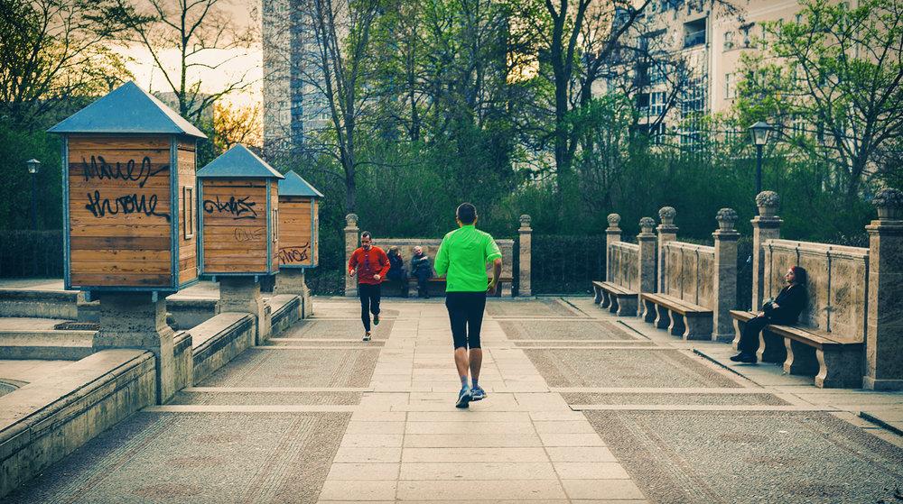 Jogger im Park Friedrichshain Berlin