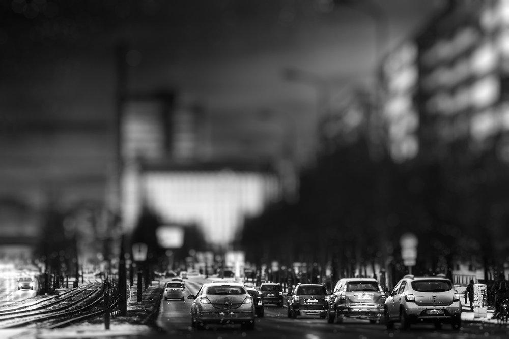 Schwarzweiß Foto vom Berliner Abendverkehr