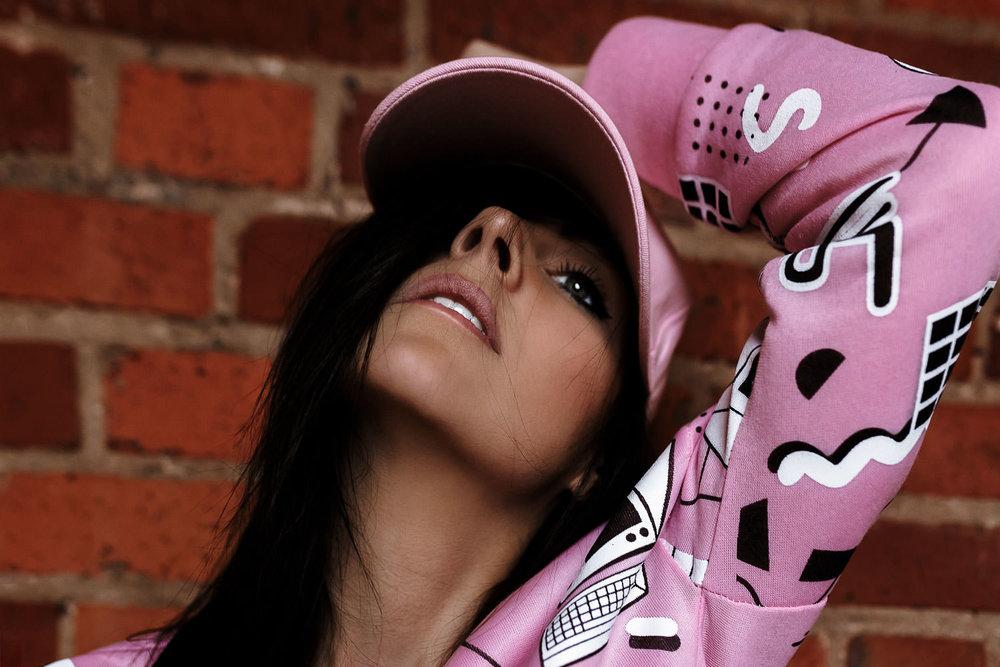 Portrait von Model Mandy in pinken Klamotten | Fotograf Peter Meyer | pm-modus.com