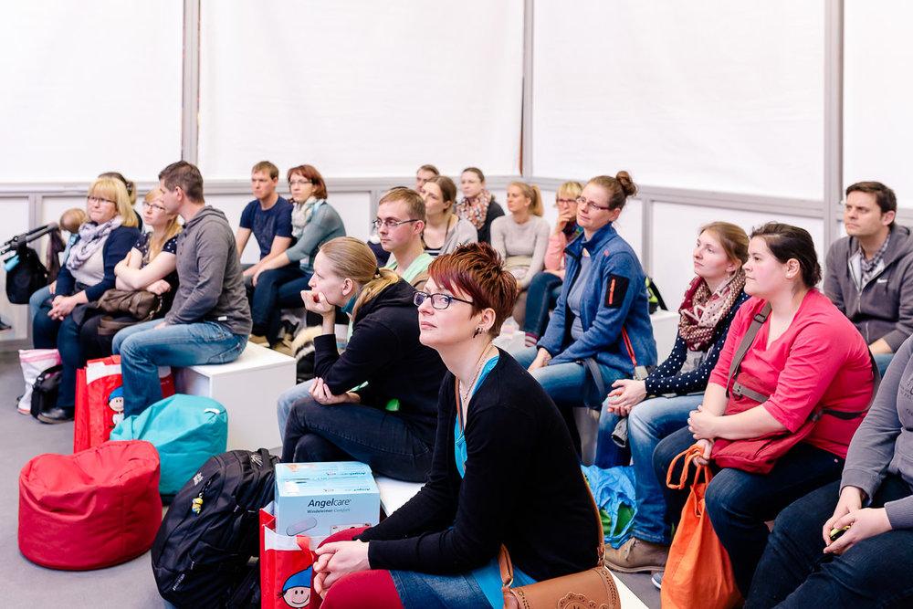 Besucher beim Workshop der Babywelt-Messe in Dresden