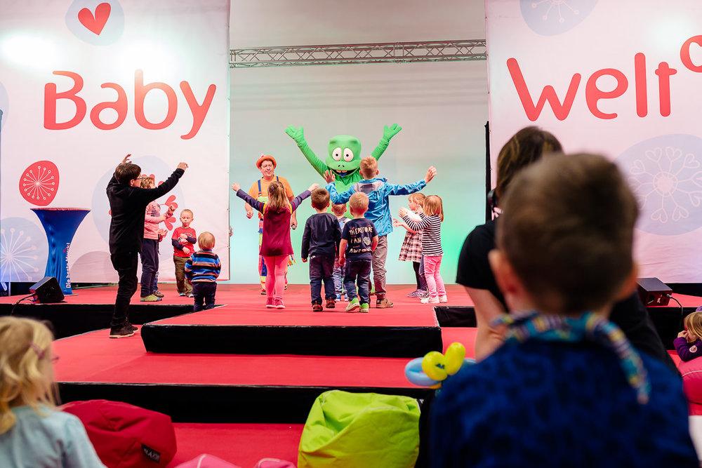 Spaß auf der Showbühne der Babywelt mit zahlreichen Kindern
