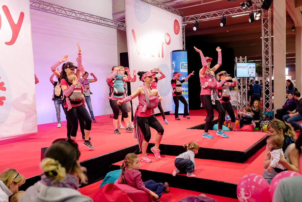 Frauen nehmen auf Showbühne am Kangatraining teil