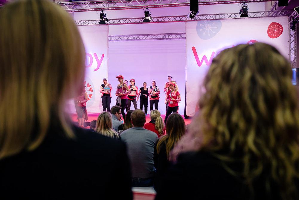 Kangatraining auf der Showbühne der Dresdner Babywelt-Messe