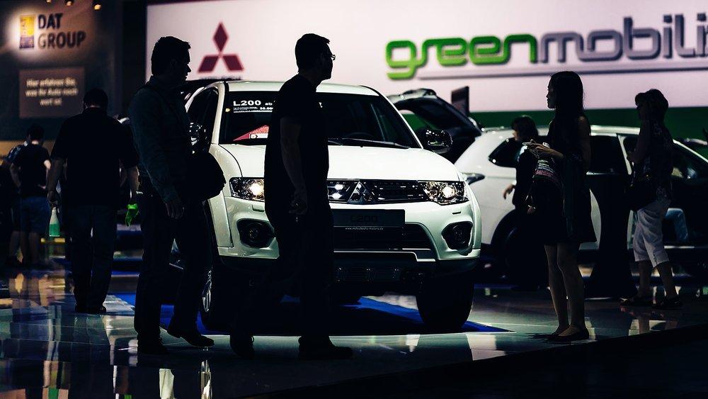 Silhouettenfoto Besucher AMI Leipzig vor Mitsubishi