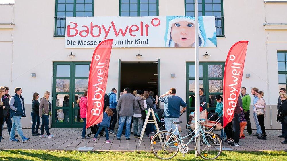 Großer Besucheransturm vorm Eingangsbereich der Babywelt-Messe in Dresden