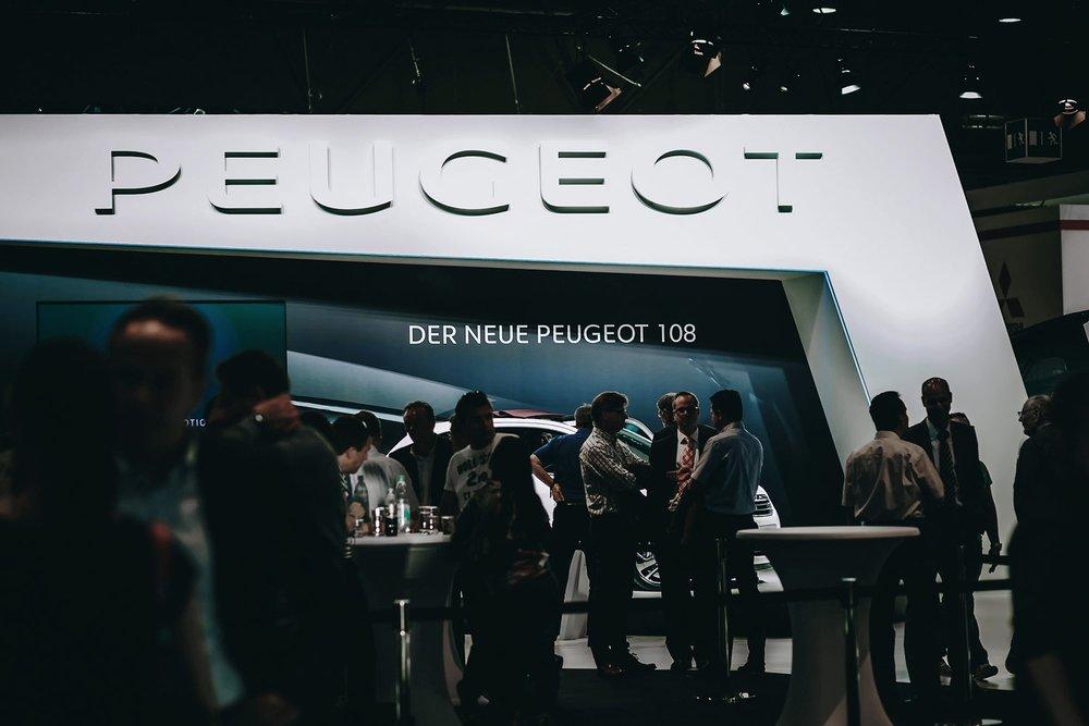Peugeot Messestand mit Besuchern auf der AMI Leipzig