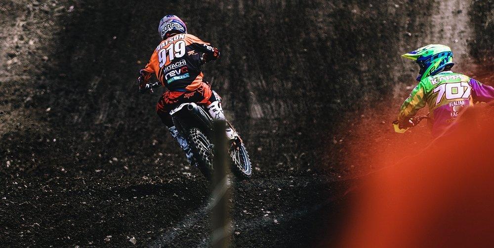 Duell beim MXGP Teutschenthal zweier Motocross-Fahrer während des Rennens