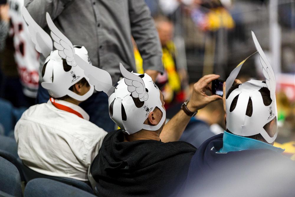 Eishockey Fans mit Hüten mit Flügeln