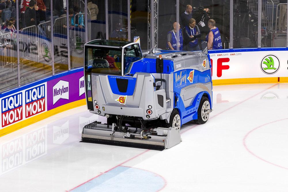 Eismaschine präpariert das Eis in Lanxess-Arena
