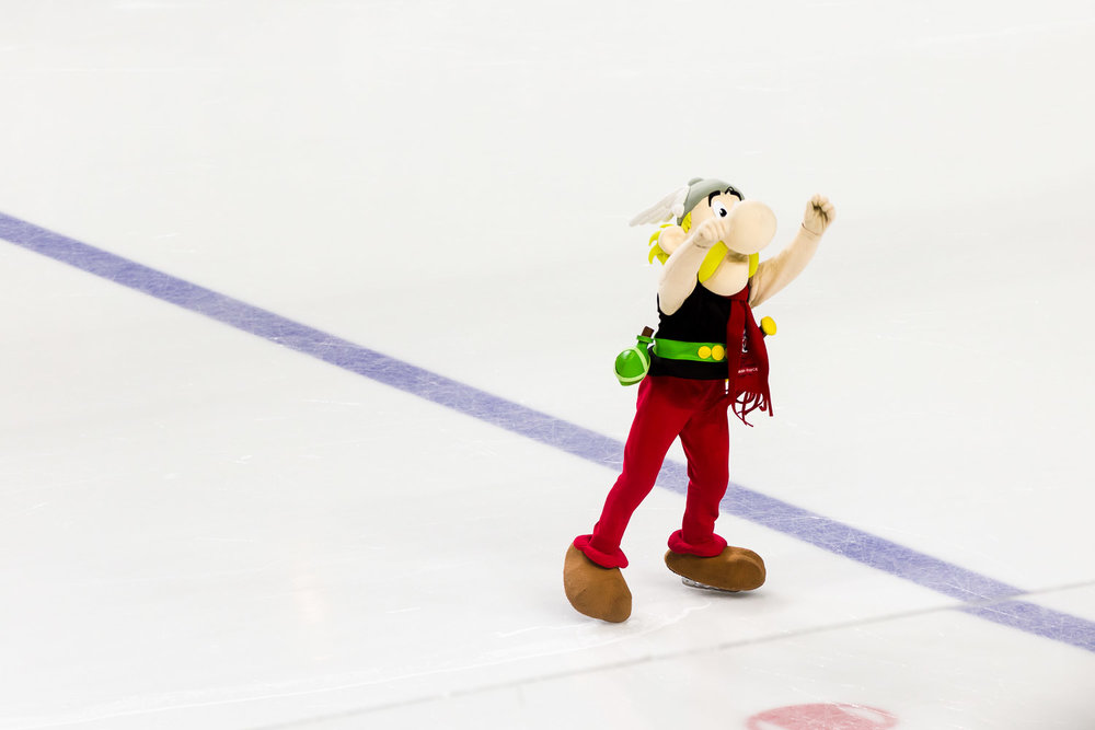 Asterix heizt den Zuschauern auf dem Eis ein
