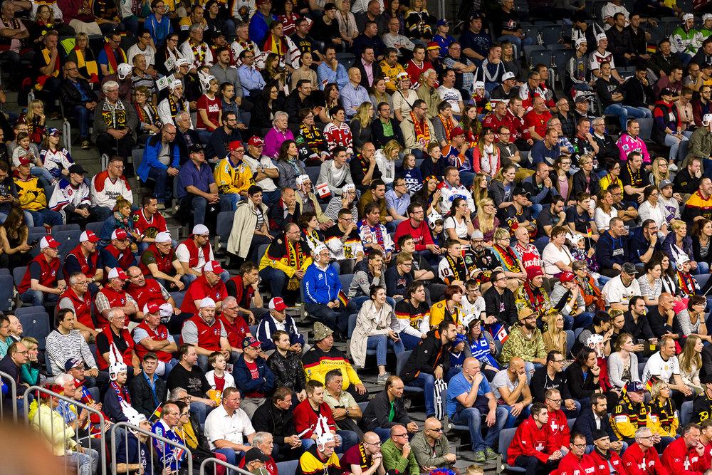begeisterte Eishockey Fans in der Kölner Lanxess-Arena