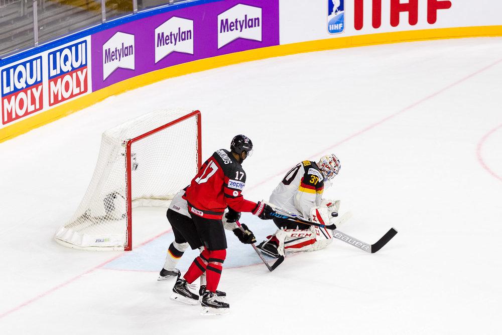 Philipp Grubauer hält einen Schuss der Kanadier