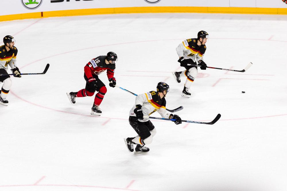 die deutsche Eishockey Nationalelf stürmt nach vorn
