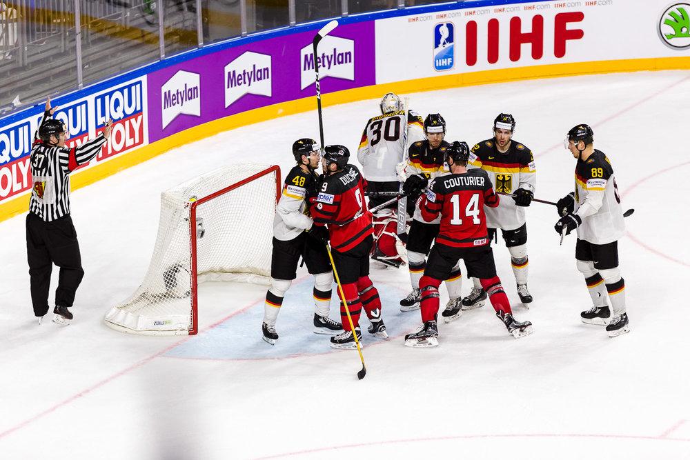 Aufstand vor dem deutschen Eishockey Tor