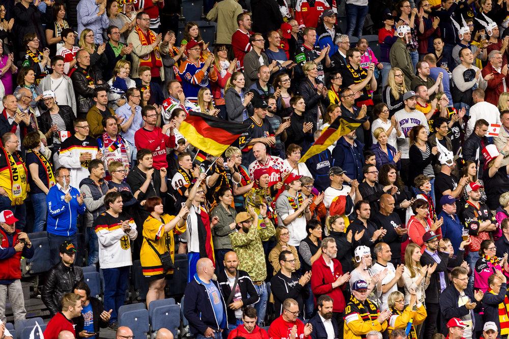 Deutsche Fans bejubeln die Eishockey Nationalmannschaft