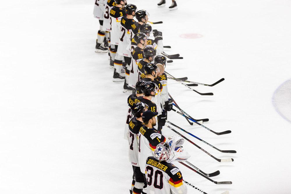 Deutsche Eishockey Nationalmannschaft bei der Siegerehrung nach dem Viertelfinale