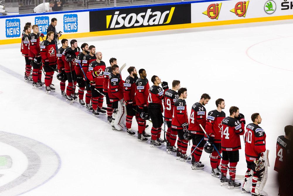 Kanadische Eishockey Nationalmannschaft hört ihre Nationalhymne