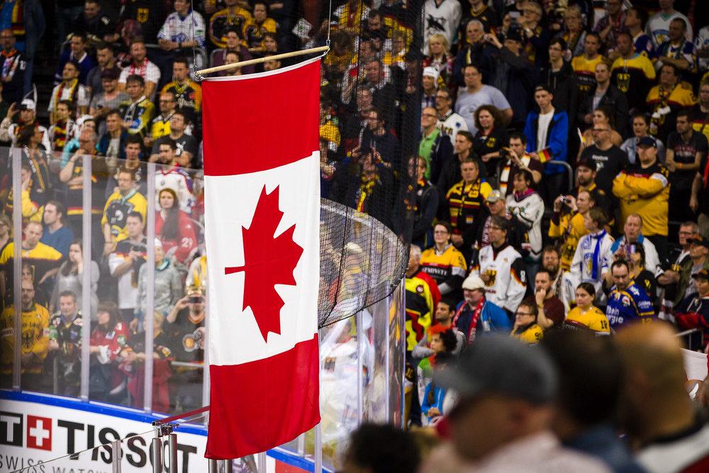 Kanadische Flagge wird während Siegerehrung gehisst