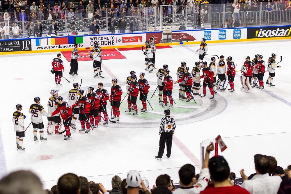 Shakehands der deutschen und kanadischen Eishockey Nationalmannschaften