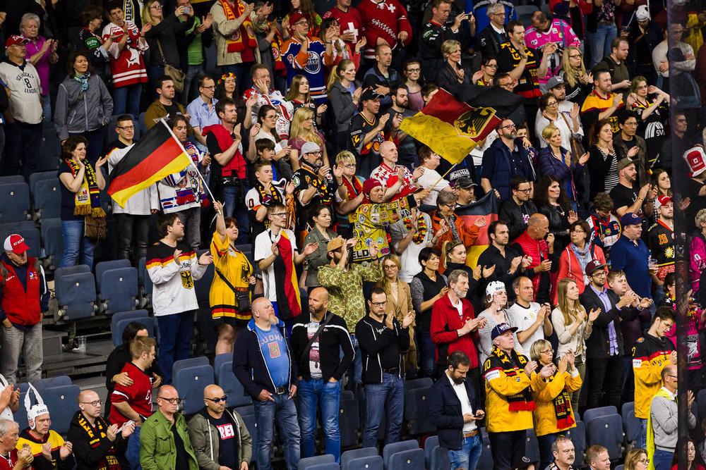 Eishockey Fans jubeln in der Lanxess-Arena in Köln bei der WM