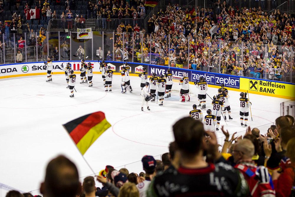 Standing Ovations für die deutsche Nationalelf Ehrenrunde