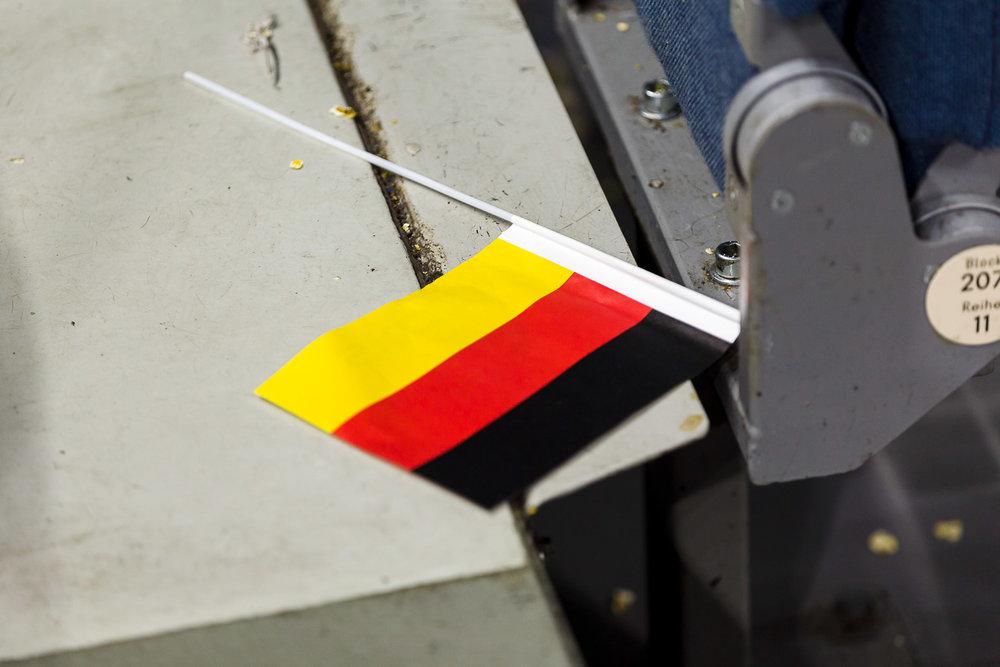 Deutschlandfahne am Boden in der Kölner Lanxess-Arena