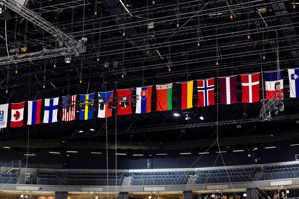 Flaggen aller WM Teilnehmer unter dem Dach der Kölner Lanxess-Arena