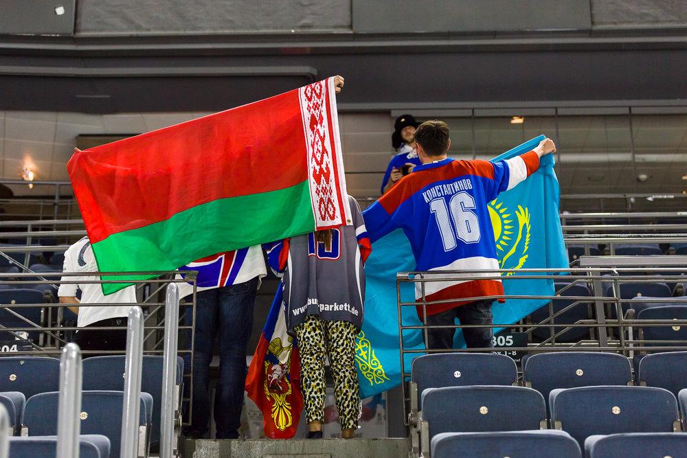 Eishockey Fans feiern in der Lanxess-Arena in Köln