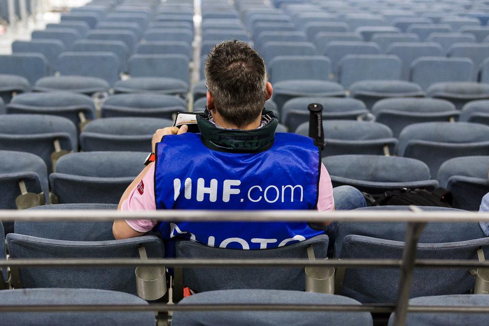 Pressefotograf als Letzter auf den Rängen der Kölner Arena