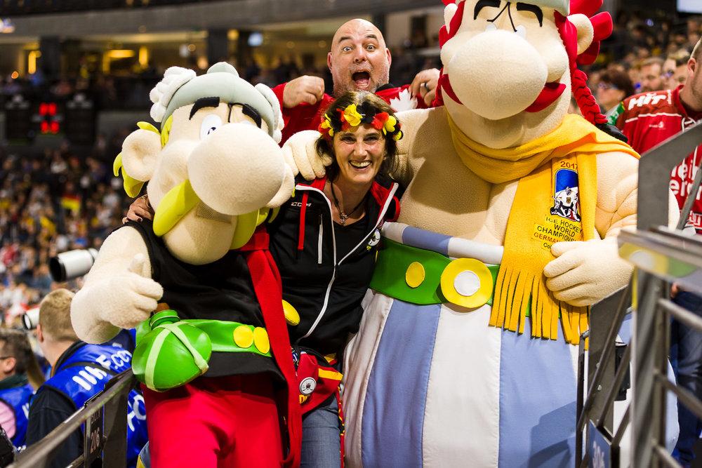 Asterix und Obelix mit Fans in der Lanxess-Arena