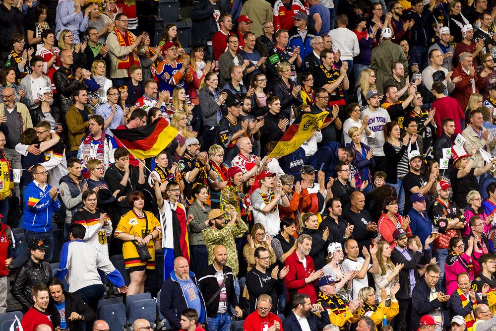 Fans machen Stimmung in der Kölner Eishockey Halle