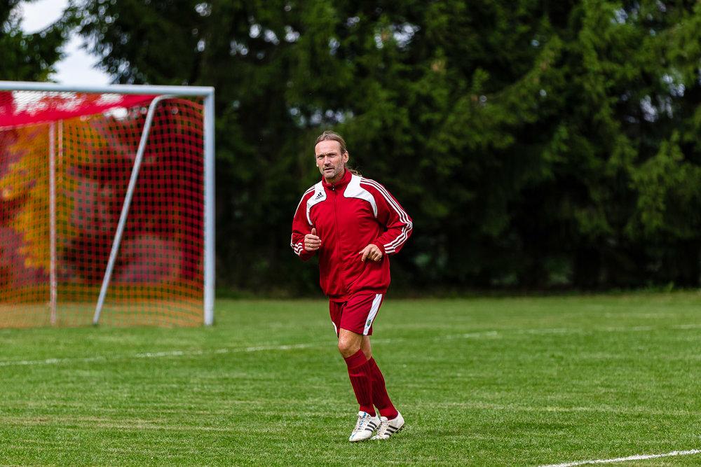 Spielertrainer beim Warmmachen vorm Fußball-Spiel