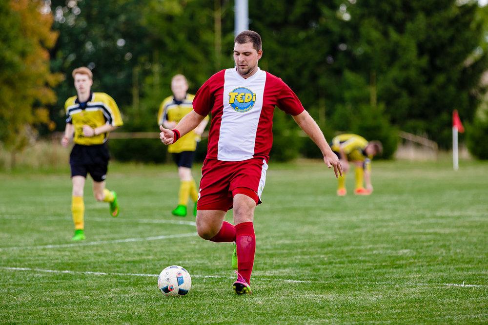 Spieler des SV Suedharz Hayn mit t€di Trikot
