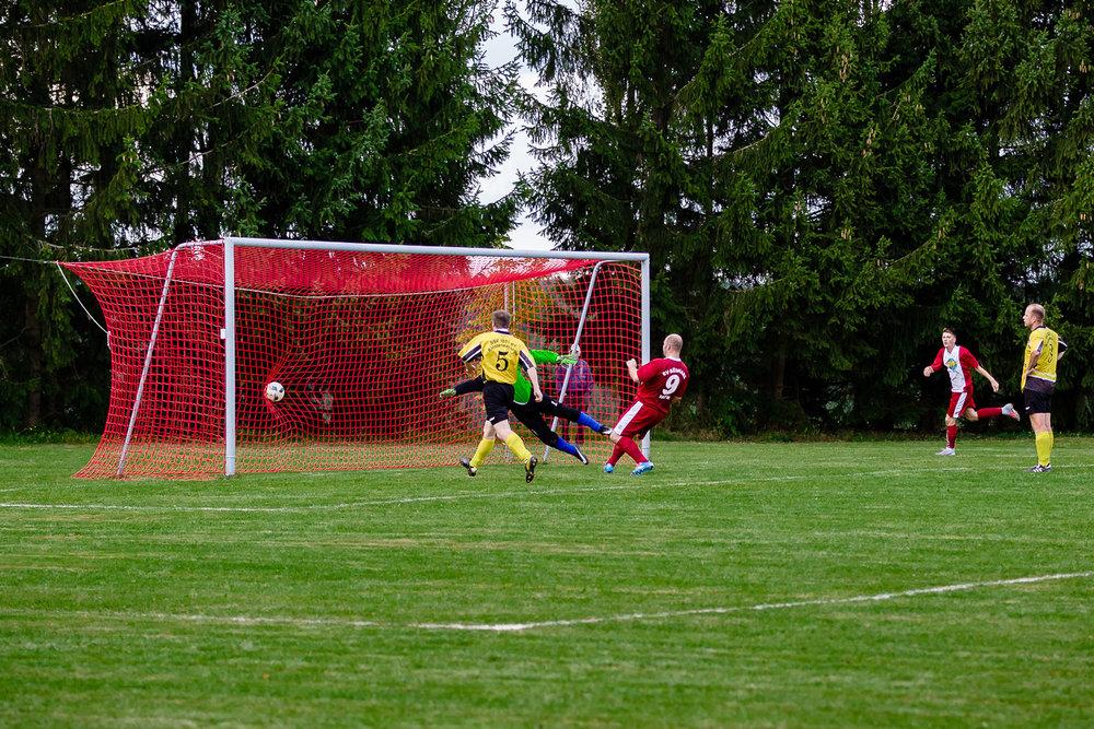 Weltklasse Mittelstürmer Denis Dittmar erzielt Tor zum 1:1