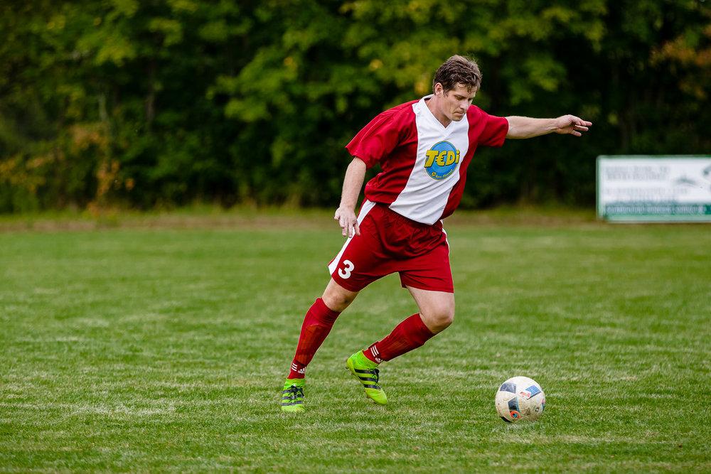 Abwehrspieler des SV Suedharz Hayn schlägt den Ball nach Vorn