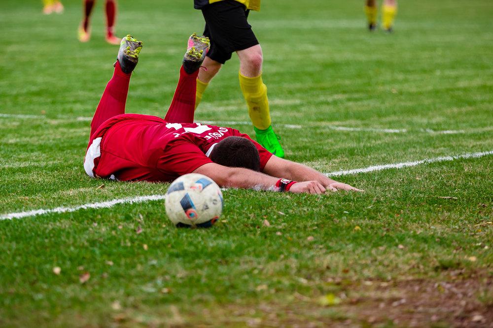 Hayner Fußballspieler rutscht mit dem Bauch über die Seitenauslinie