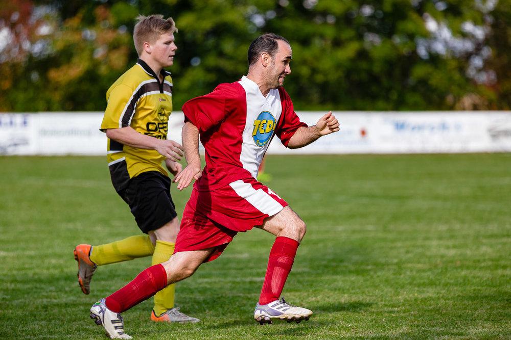 Laufduell im Mittelfeld während Fußball-Spiels