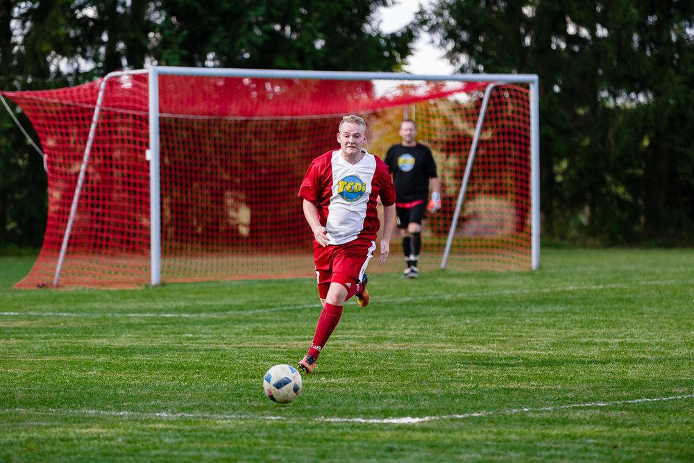Mittelfeldspieler erläuft den Ball