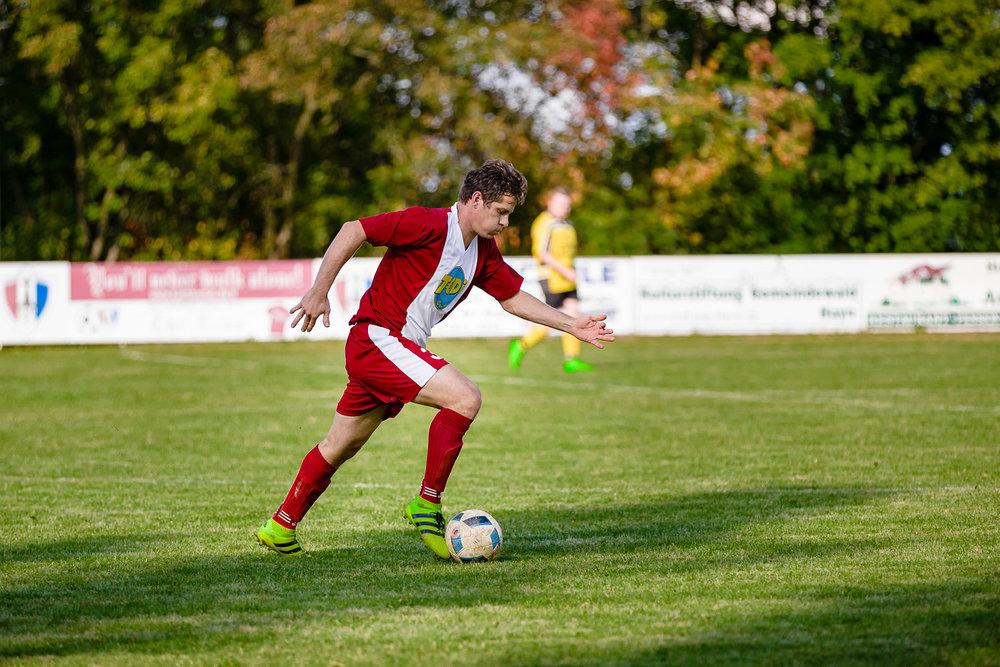 Abwehrspieler zieht mit dem Ball nach Vorn