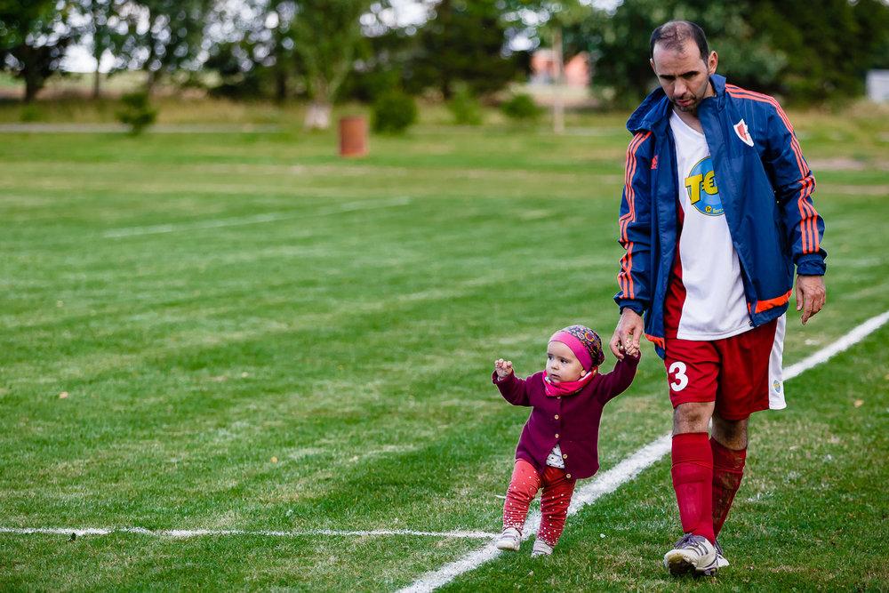 Vater mit Tochter auf dem Sportplatz