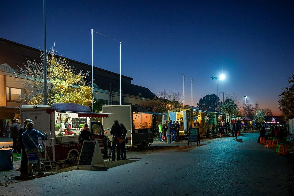 Außenbereich der eat&STYLE München mit Foodwagen am Abend | Foto pm-modus.com