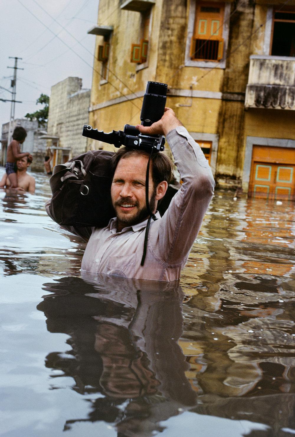 Porbandar, Gujarat, India, 1983. ©Steve McCurry(在印度雨季中拍攝的Steve McCurry)