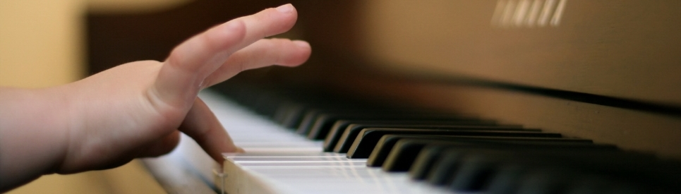 child-finger-playing-piano_087277.jpg