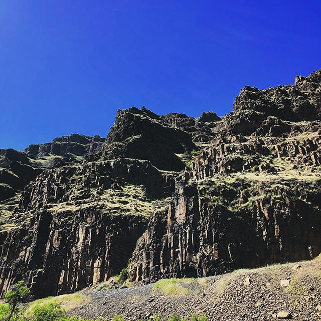 Deschutes River  _____________________ #oregonscenery #oregonscenic #oregonrivers #deshutes #rafting #kayaking #weekendgetaway #weekend #weekendwarrior #cliffs #onariver
