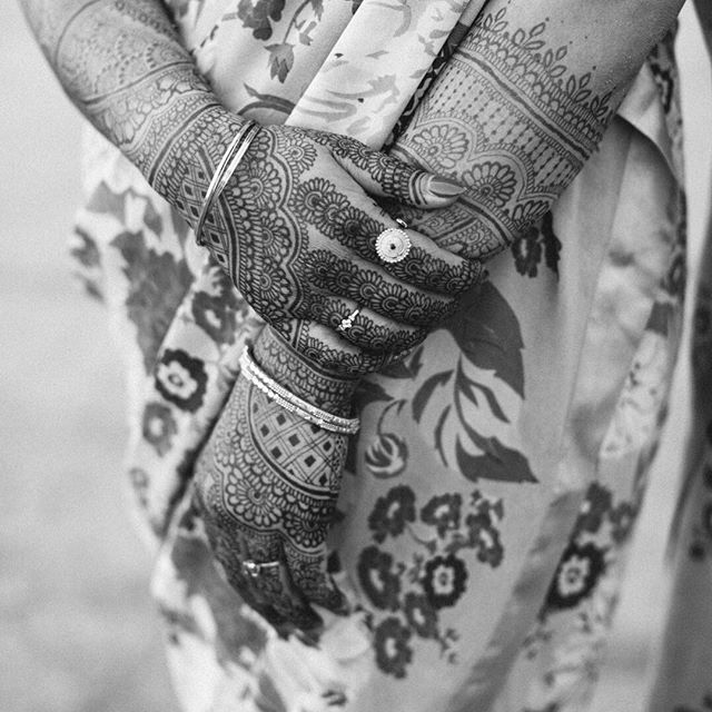 I love Indian wedding celebrations for the colors, so it's tempting to disregard B&W images, but while sifting throughly these photos I am enjoying spending some time experiencing this memorable day in a different way Venue: #galvanestate  Photo: @radandinlove . . . #indianwedding #hinduwedding #palmsprings #privateestateevent #henna #weddinghenna #sari #weddingsari #sangeet #sangeetoutfit