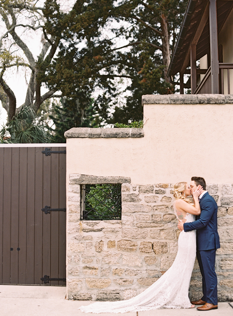couple-kissing-st-augustine-wedding-historic-building.jpg
