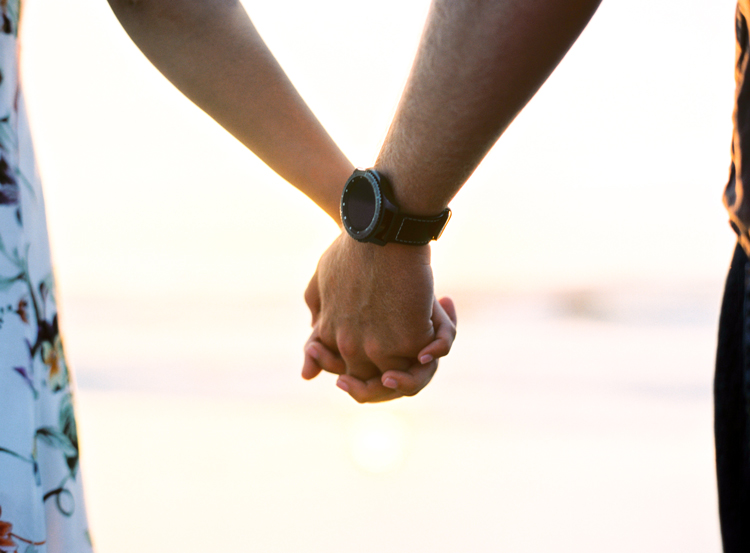 hand-holding-beach-engagement-photos.jpg