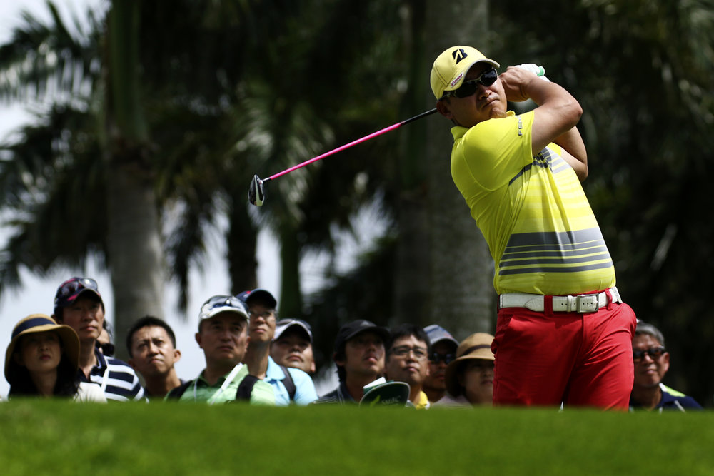 Angelo Que of the Philippines tees off on the ninth hole during the final round of the SMBC Singapore Open golf tournament at Sentosa's Serapong golf course in Singapore January 22, 2017.