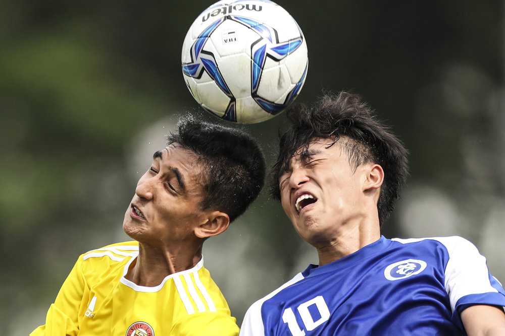 Muhammad Umar (left) of Victoria Junior College and Bradley Leong of Meridian Junior College contest a header during the National Schools boys' 'A' Division football final at Jalan Besar Stadium on May 14, 2018 in Singapore. (Photo © Yong Teck Lim/Red Sports)