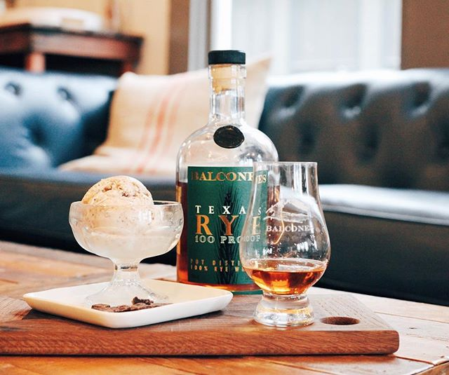 FEATURED FLAVOR: Balcones Rye Stracciatella✨ Made with @balconesdistilling Texas Rye, it's a whisky flavored base with little chocolate flakes mixed in. Y'all, we're loving this one. 🤩🙌🏻
